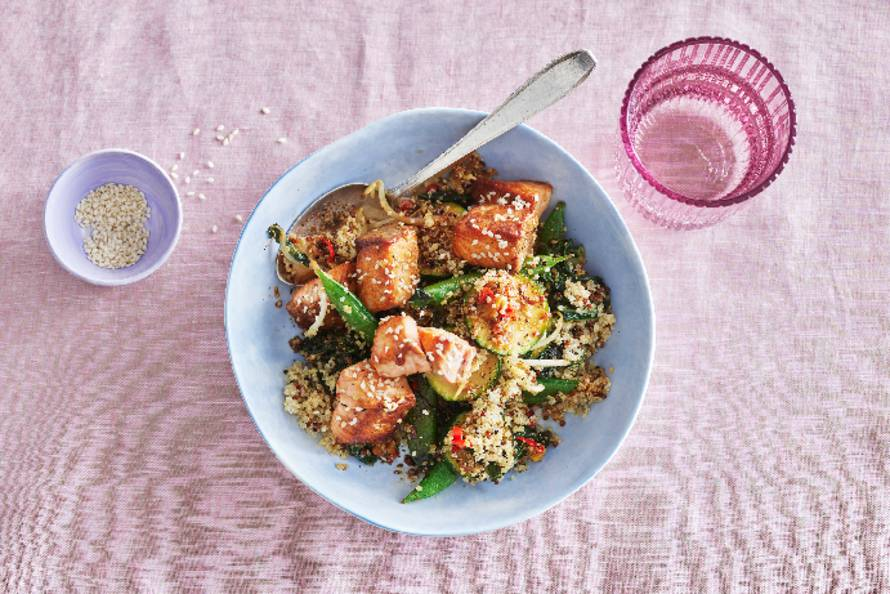 Wokgerecht met quinoa, zalm & sojasaus