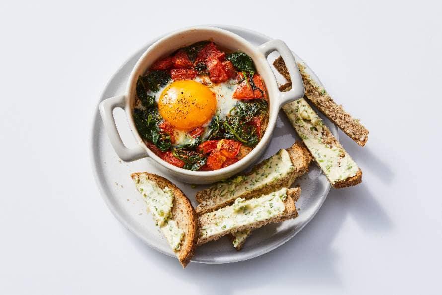 Eipotjes met tomaten en spinazie
