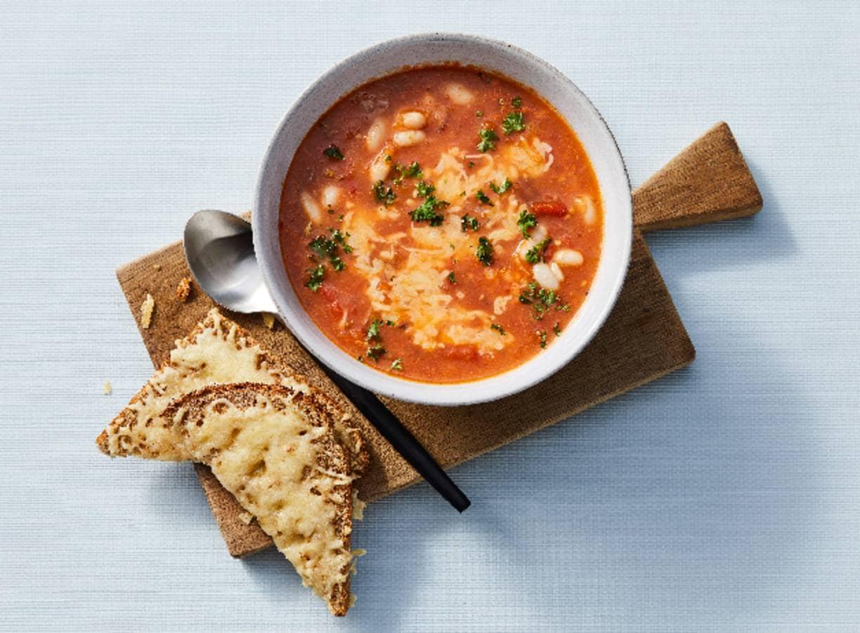 Geroosterde-tomatensoep met witte bonen en kaastoast