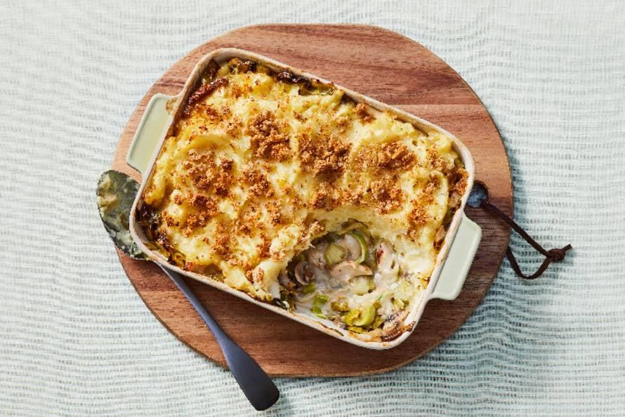 Gezonde ovenschotel met kip-champignonsaus, prei en aardappelpuree