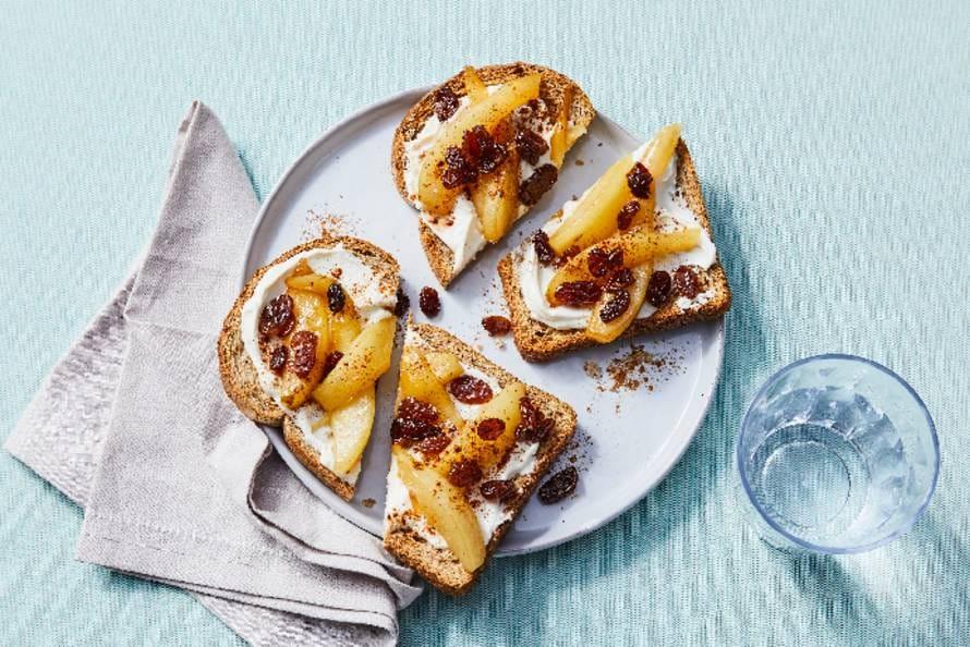 Gezonde toast met zuivelspread, gebakken peer en rozijnen