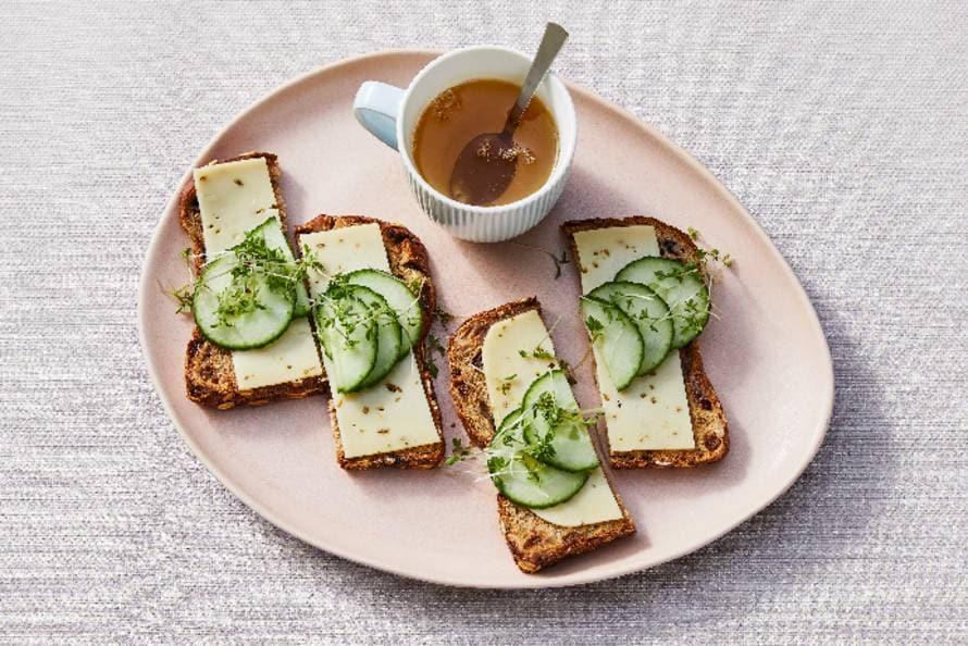 Muesli-notenbrood met komijnekaas en komkommer