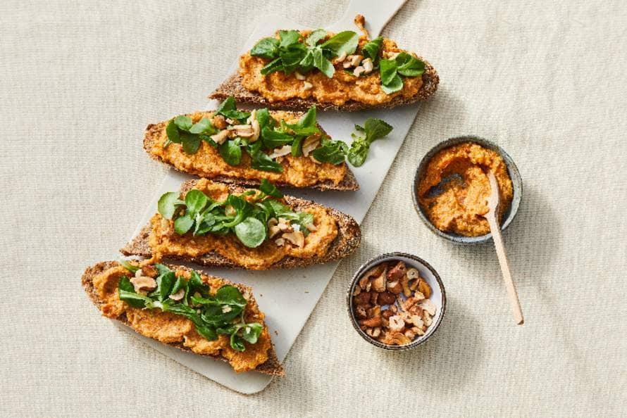 Volkoren-stokbrood met veldsla en pompoen-notenspread