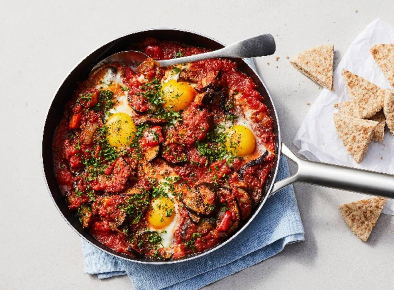 Gezonde shakshuka met aubergine, paprika, tomaat en volkoren pita