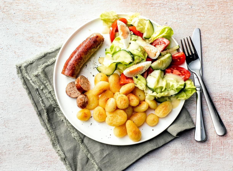 Gebakken aardappeltjes met worst en sla