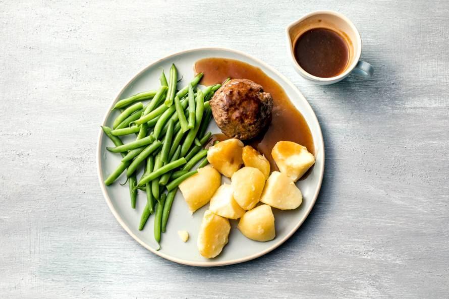Gehaktbal met gekookte aardappelen en sperziebonen