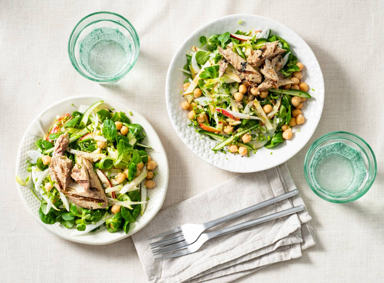 Koolhydraatarme lunch-salade met gegrilde makreelfilet en venkel