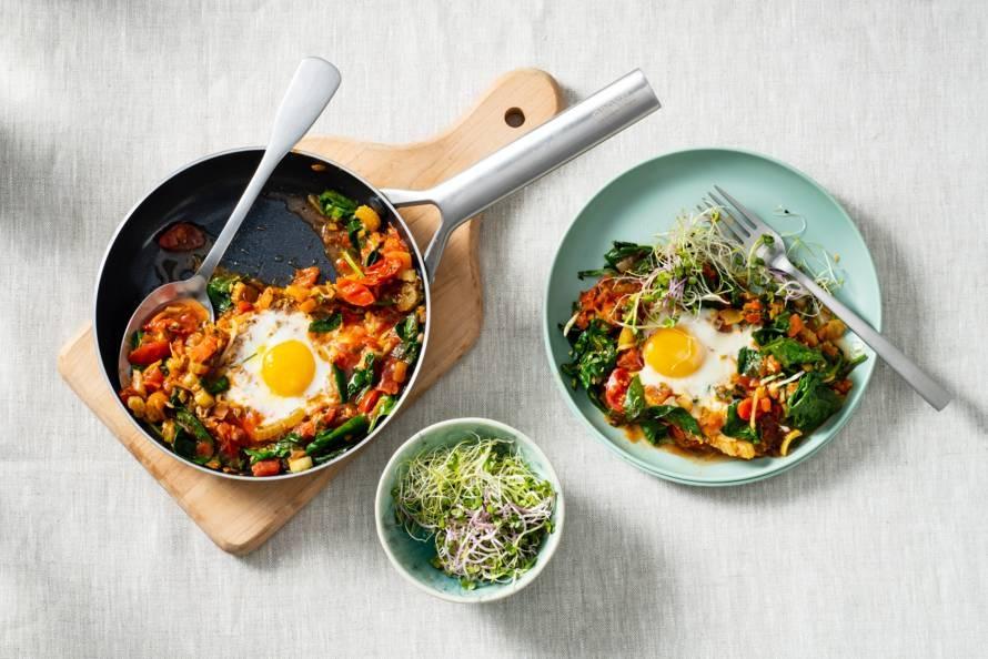 Koolhydraatarm ontbijt van gestoofde eieren met tomaat & kiemgroente
