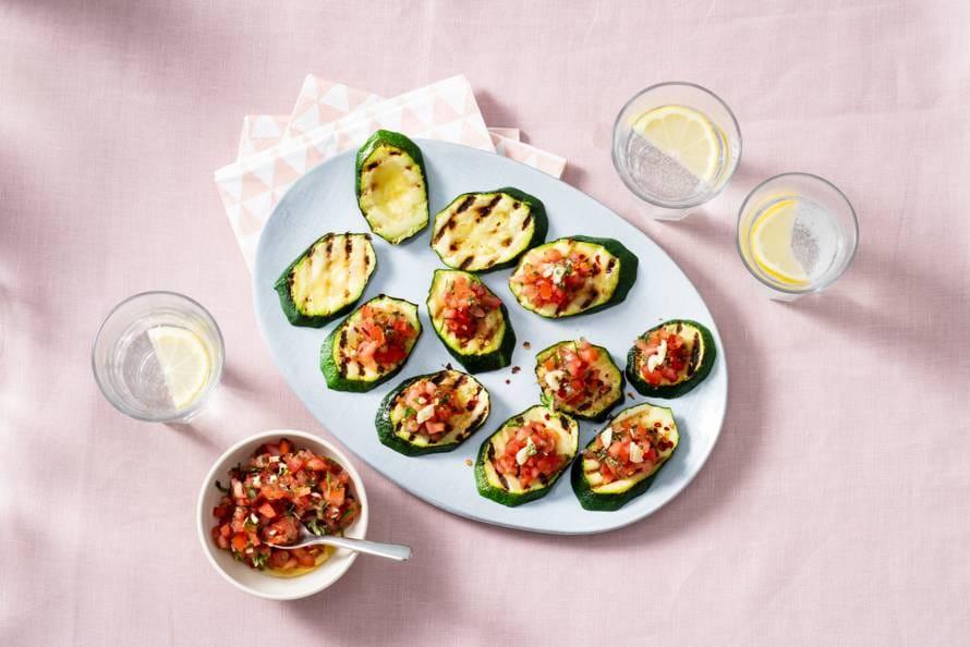 Gezonde snacks van courgette-bruschetta met tomatensalsa