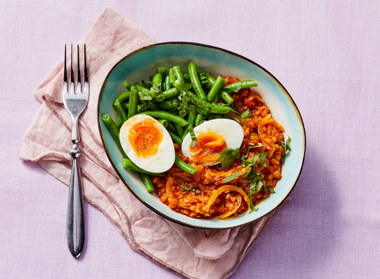 Dahl met rode linzen, sperziebonen en gekookt ei