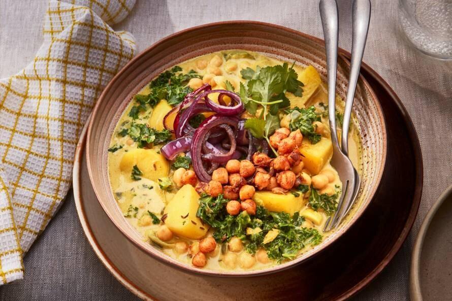 Vegan curry met aardappel, boerenkool en kokosmelk