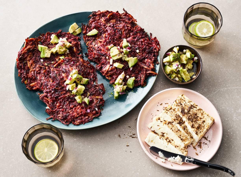Rösti's van rode biet met gebakken feta en avocadosalsa
