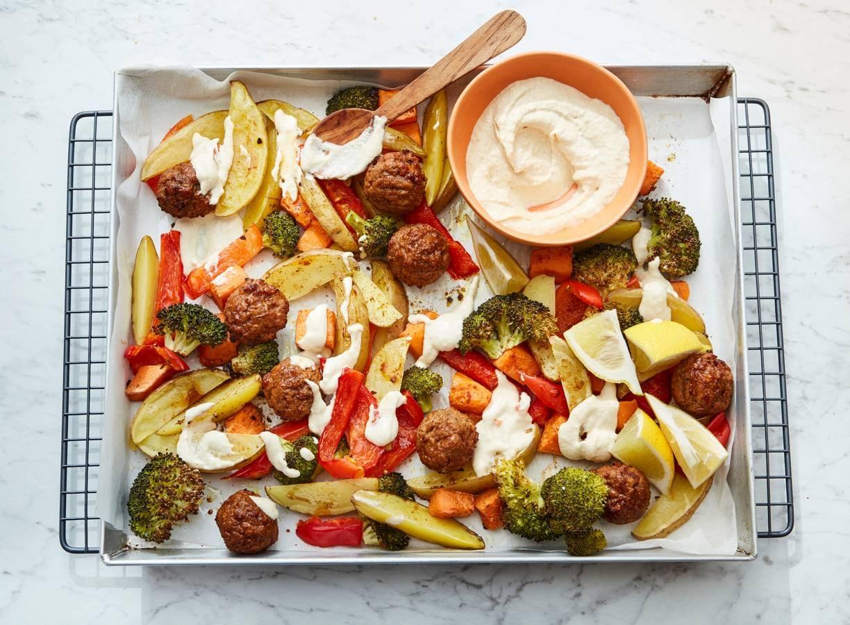 Traybake met vegetarische balletjes en ovengroenten