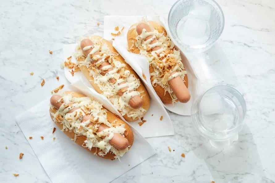 Vegan hotdog met zuurkool en mosterdmayo