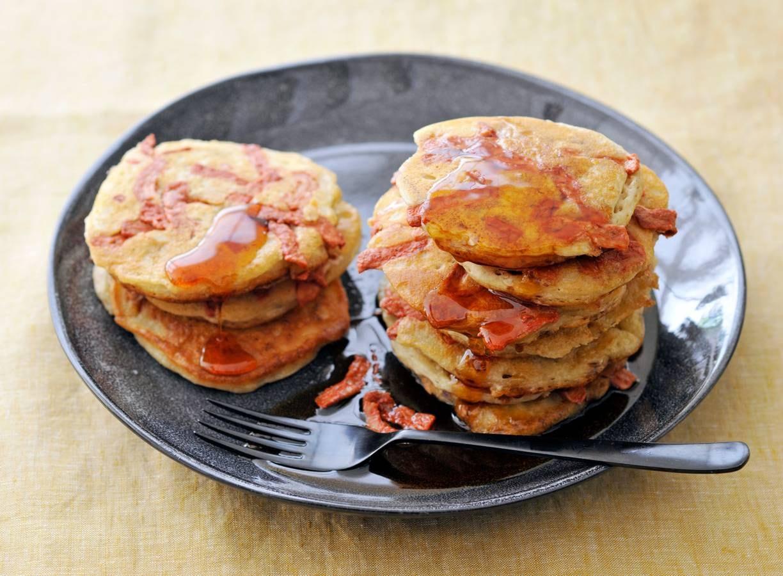 Vegan pancakes met spek en ahornsiroop