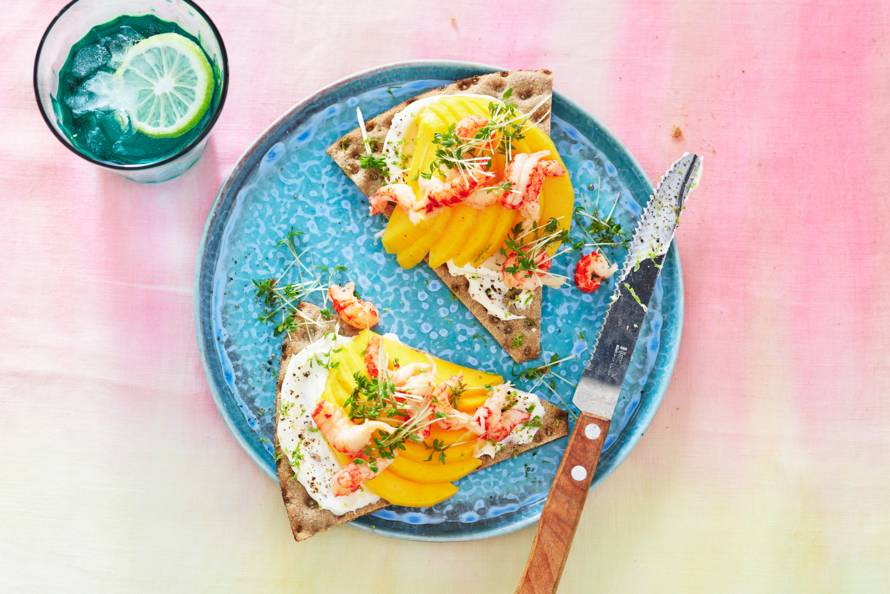 Knäckebröd met rivierkreeftjes en mango