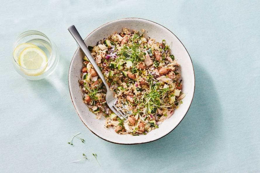 Koolhydraatarme lunch: maaltijdsalade met quinoa, courgette en tonijn