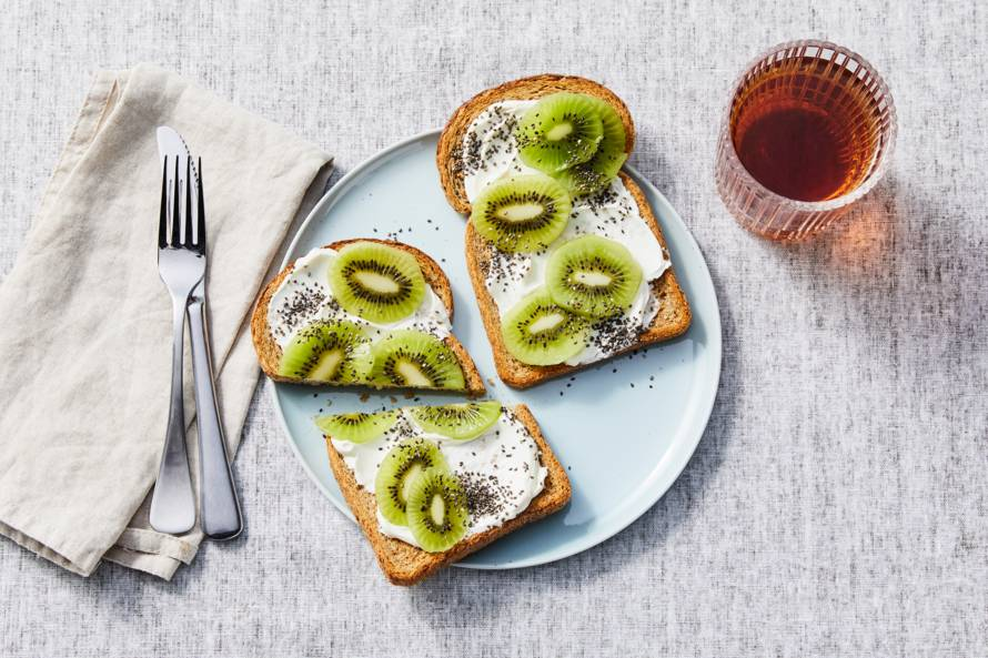 Geroosterd brood met zuivelspread en kiwi