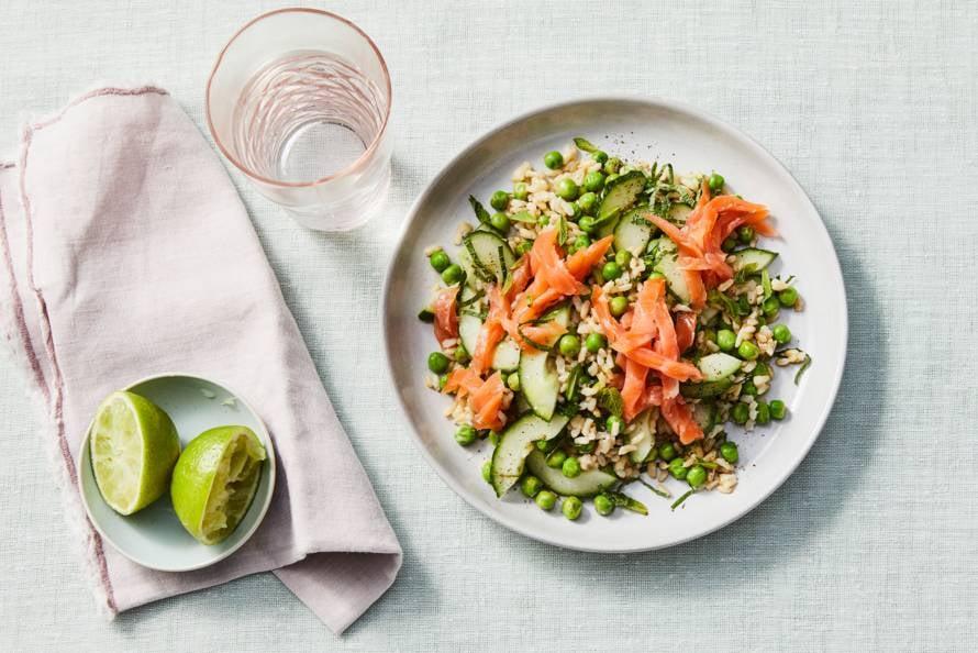 Rijstsalade met komkommer, tuinerwten en gerookte zalm