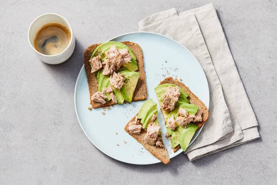 Roggebrood met avocado en tonijn