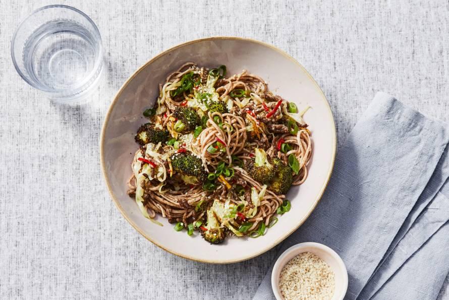Volkoren noedels met geroosterde broccoli en gehakt