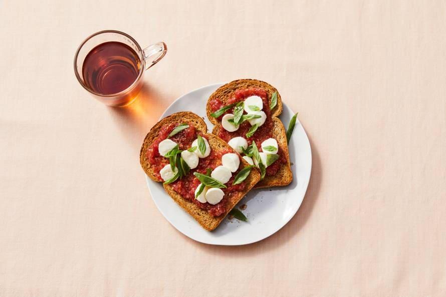 Gezonde toast met geraspte tomaat en mozzarella