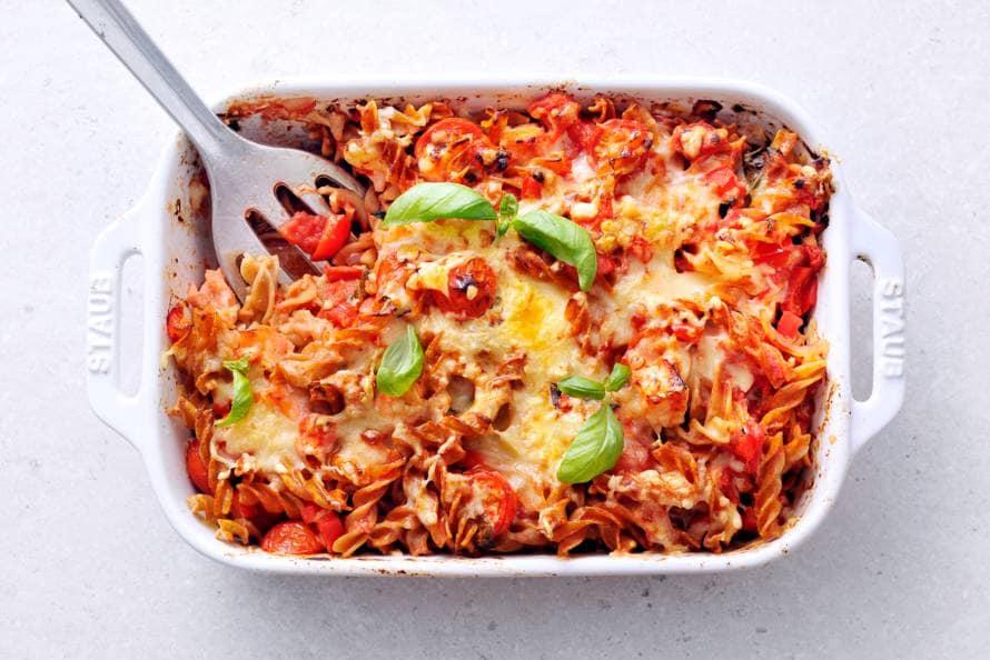 Volkorenpasta met zalm en tomaat uit de oven