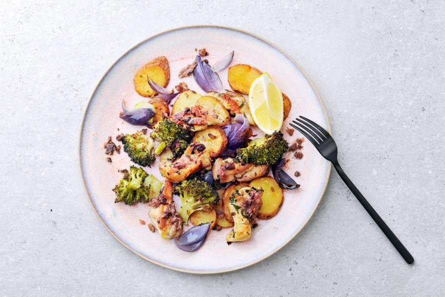 Kippendij uit de oven met ansjovis-citroenmarinade, broccoli en aardappelschijfjes