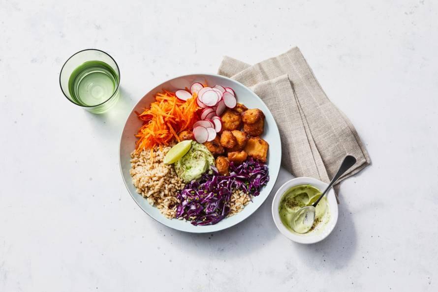 Rijstbowl met kibbeling, koolsalade, radijs en dressing