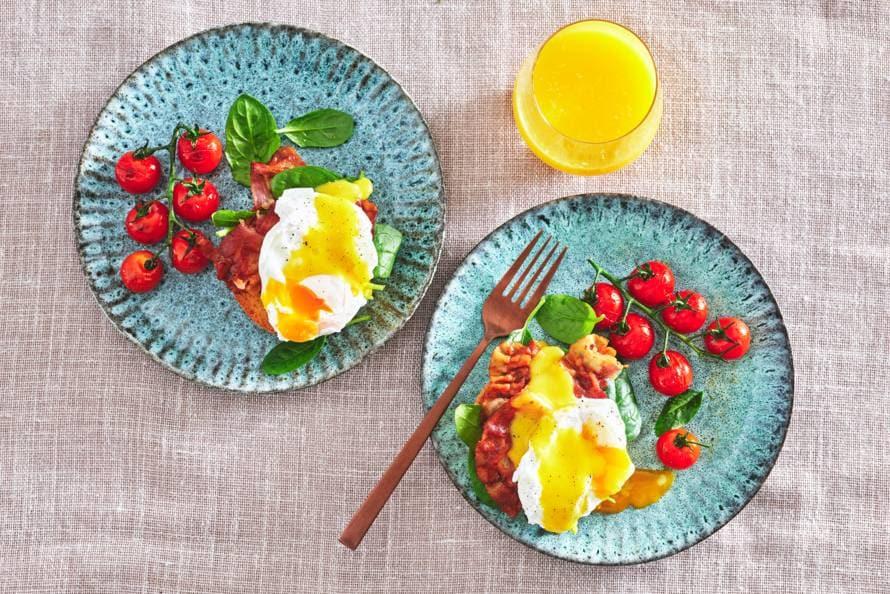 Eggs benedict op toast met bacon
