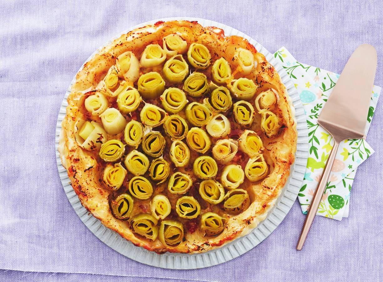 Hartige omgekeerde preitaart met spekjes (tarte tatin)