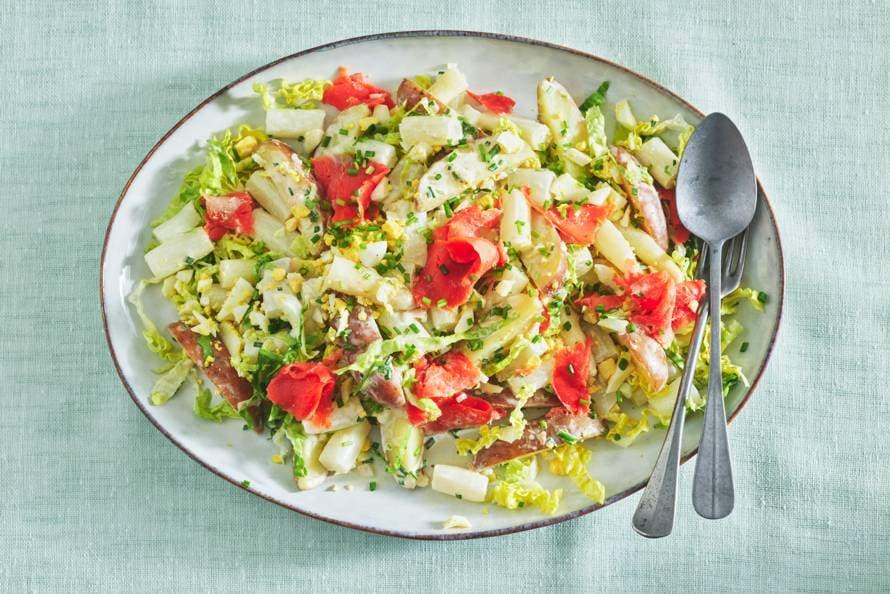 Aardappelsalade met witte asperges en zalm