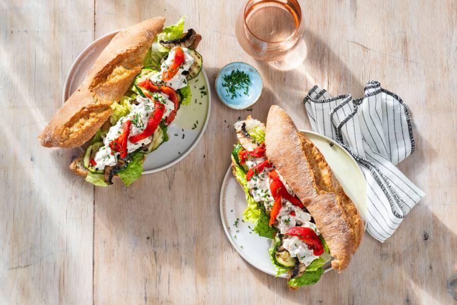 Broodje met sla, gegrilde groente en kip-kebabsalade