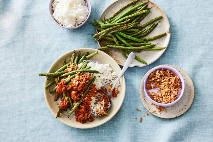 Gebakken sperziebonen en kruidig gehakt met witte rijst