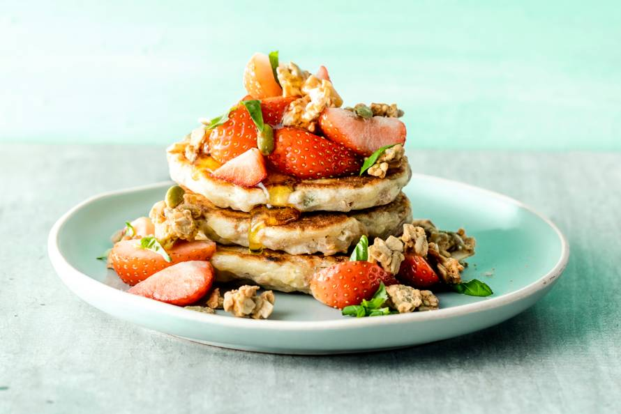 Glutenvrije granola-pancakes met aardbeien en basilicum