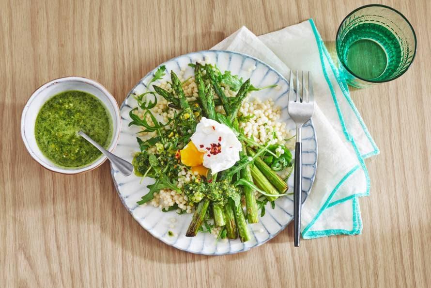 Groene asperges met parelcouscous en pistachepesto