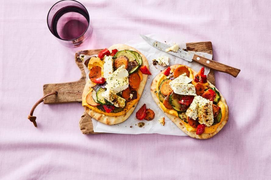 Naan met gebakken feta, hummus en groente