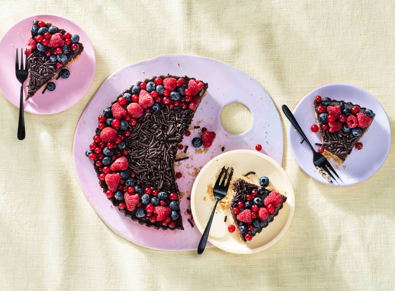 No bake chocoladetaart met zomerfruit en hagelslag