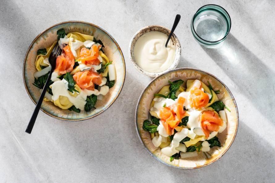 Romige tortelloni met witte asperges en zalm