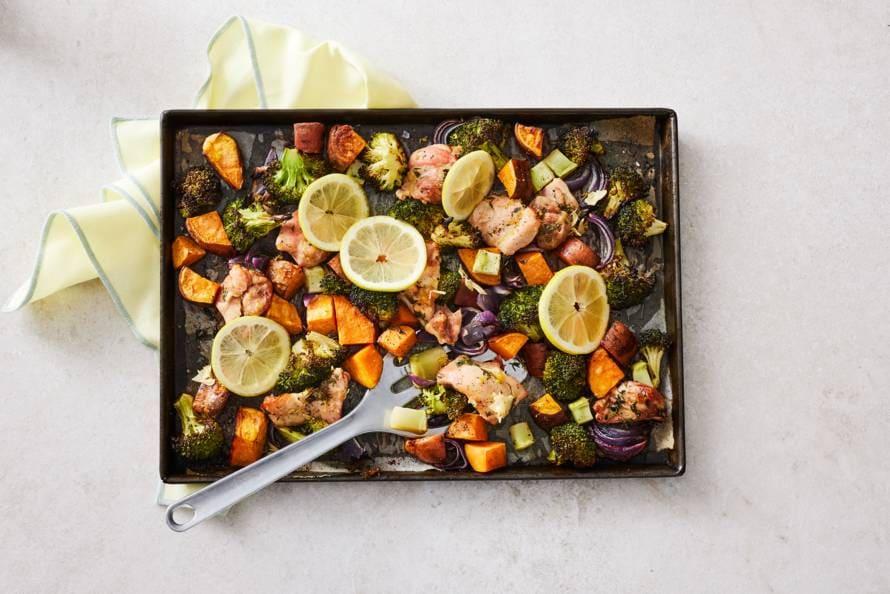 Traybake van kip met broccoli en zoete aardappel