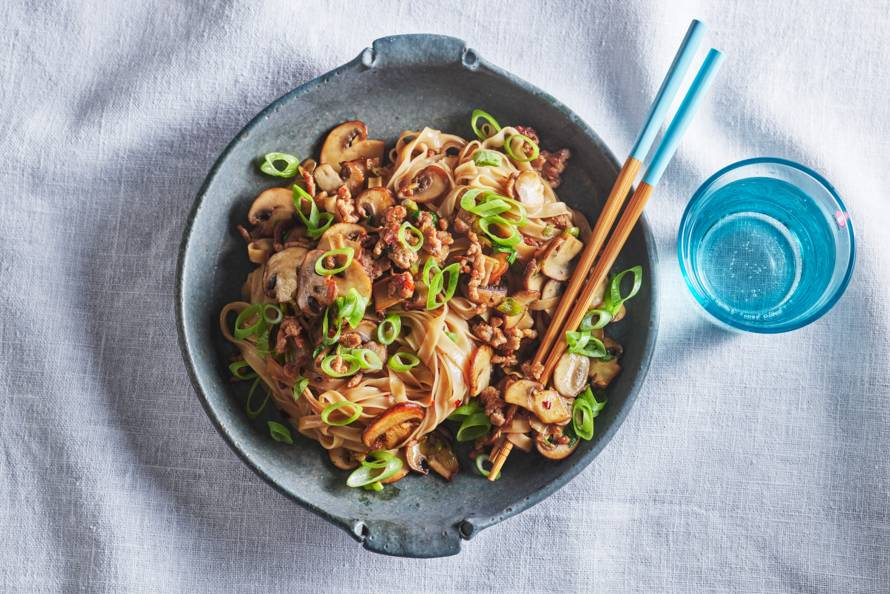 Rijstnoedels met gehakt en champignons