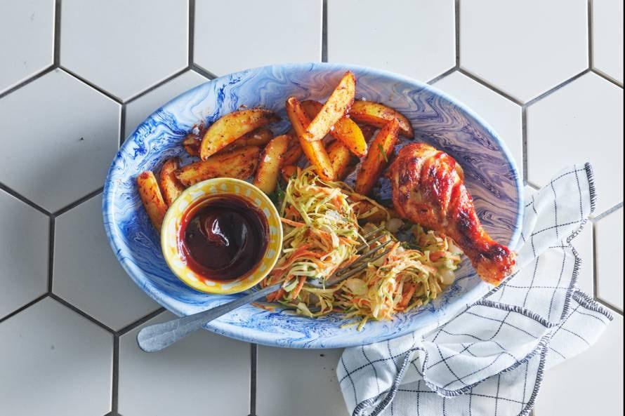 Sticky drumsticks met aardappeltjes en koolsalade