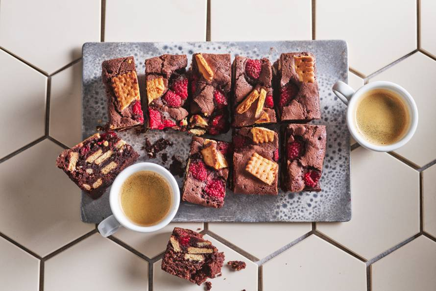 Vegan brownies met biscuit en frambozen