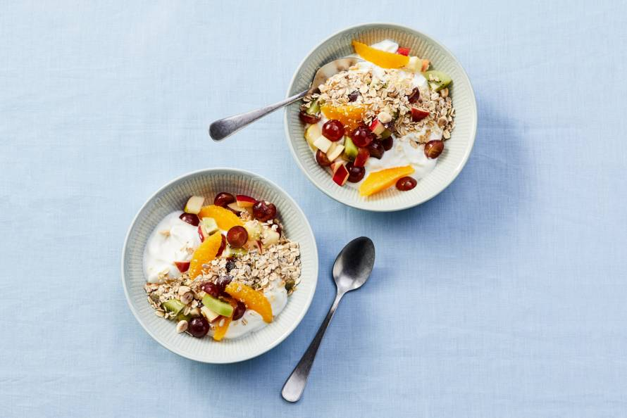 Fruitsaladebowl met yoghurt skyr en muesli