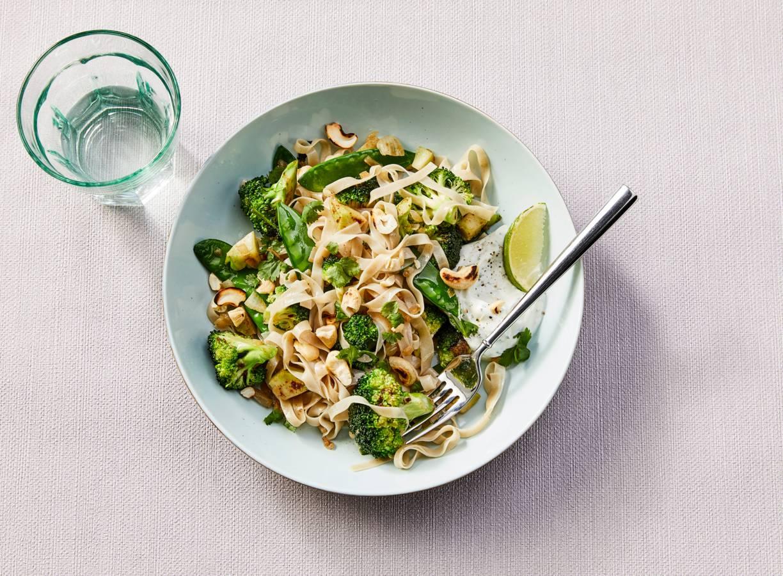 Roerbak met broccoli, peultjes, zilvervliesrijstnoedels en korianderyoghurt