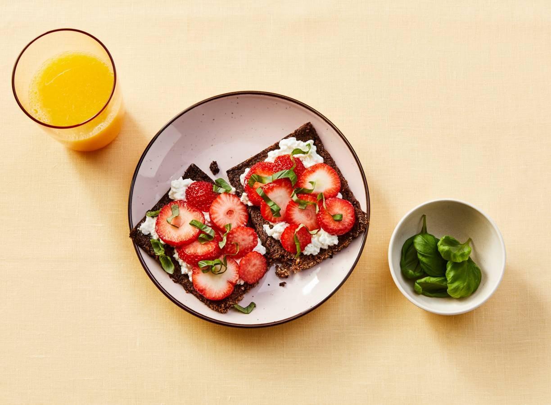 Roggebrood met cottagecheese en aardbeien