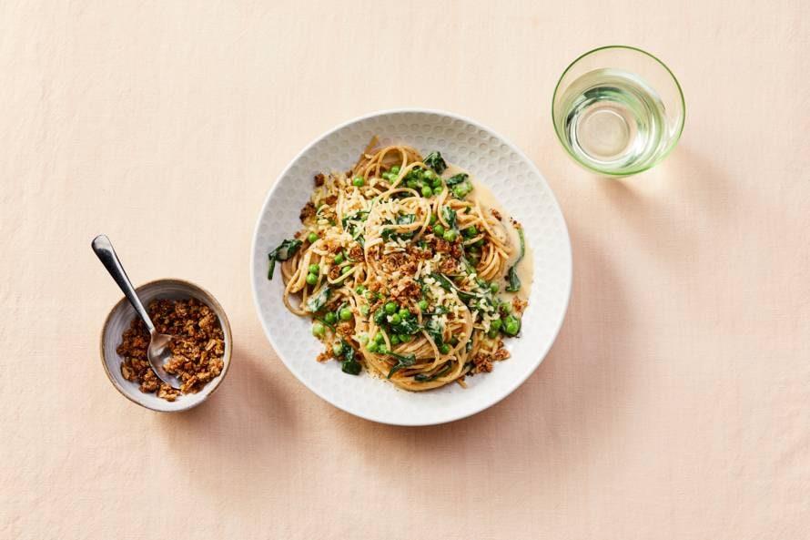Spaghetti met tuinerwten, spinazie en pangrattato