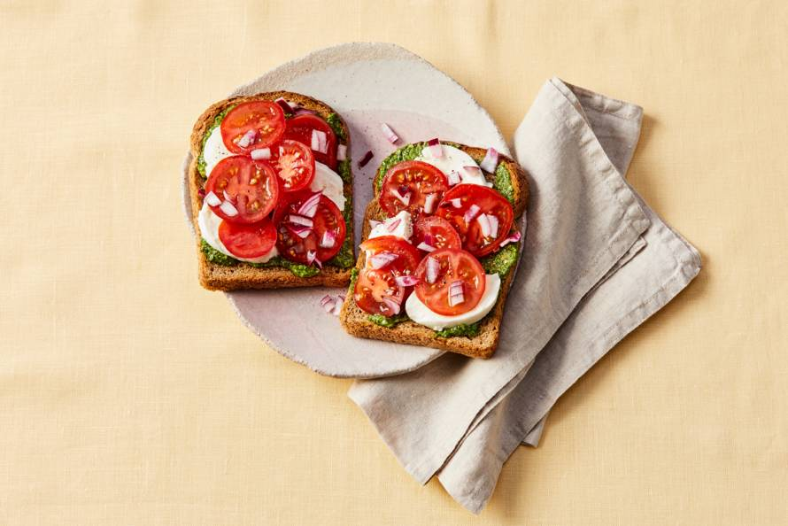 Toast met mozzarella, tomaat en ingelegde rode ui