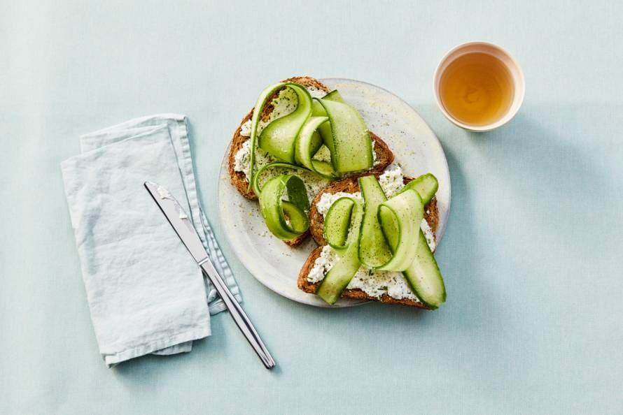 Toast met citroenricotta en komkommer
