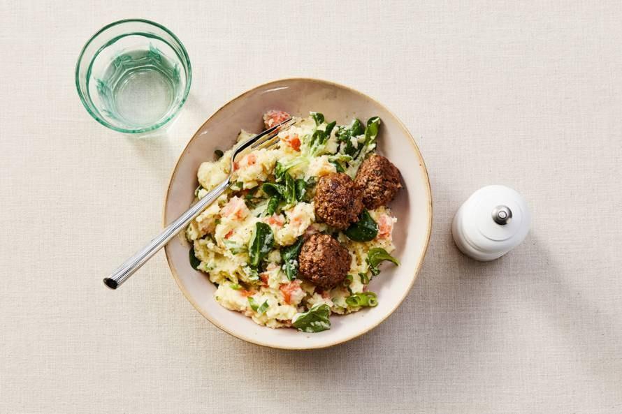 Veldslastamppot met wortel, salade-ui en gehaktballetjes